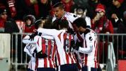 Jugadores de Chivas protestan con playera de entrenamiento