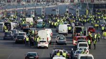 """""""Gilets jaunes"""": 244.000 participants, un mort et plus de 100 blessés sur les barrages"""