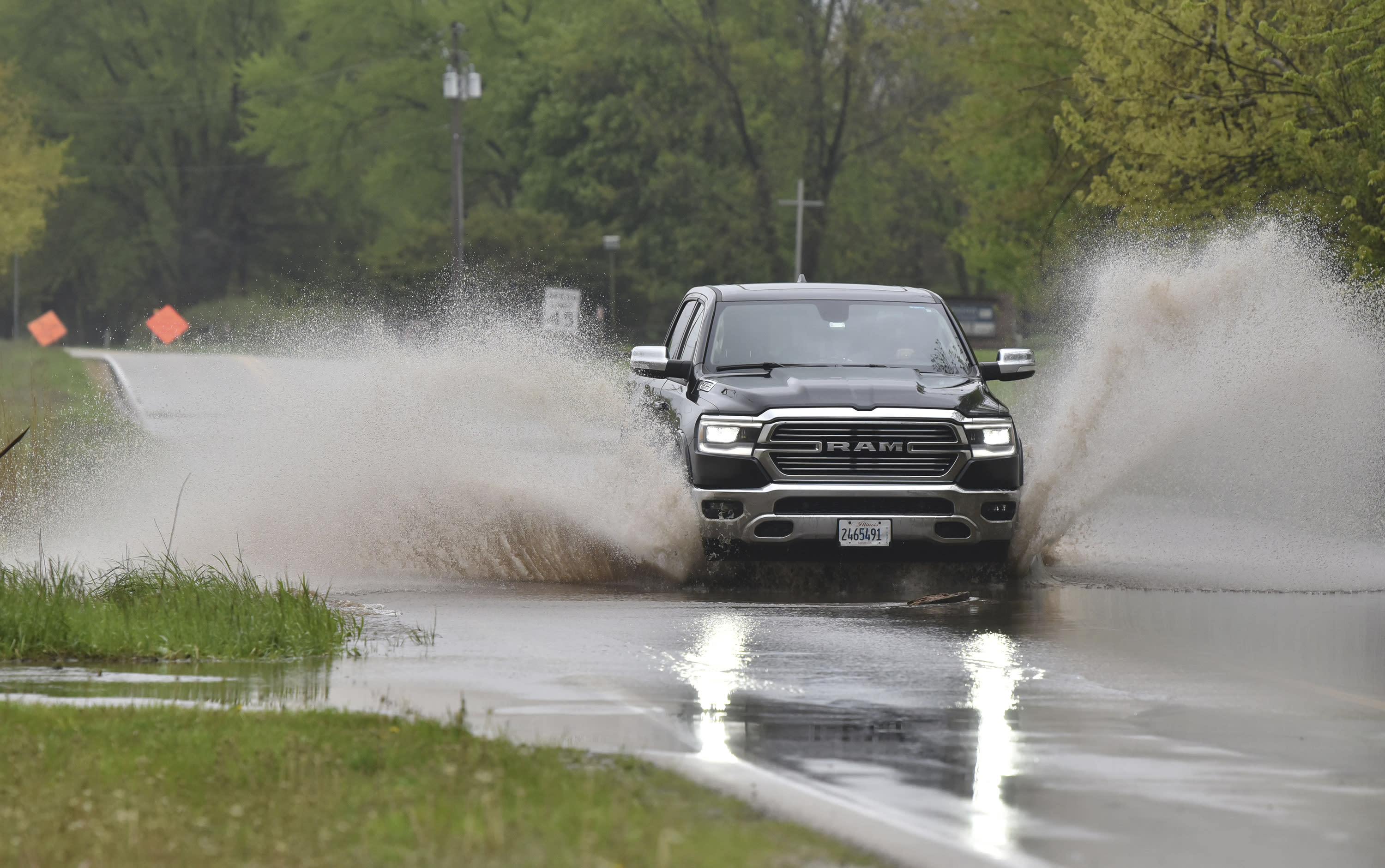 Thousands evacuated as river dams break in central Michigan 3