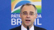 Senador quer obrigar ministro de Bolsonaro a explicar dossiê antifascista