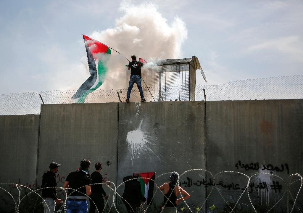 Israel's separation wall -- a cursed symbol of the occupation for Palestinians -- cuts the West Bank off from Israel and annexed Arab east Jerusalem and is the scene of regular protests (AFP Photo/ABBAS MOMANI)
