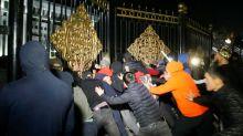 Kirghizistan: l'ex-président libéré et le siège du pouvoir envahi par des manifestants