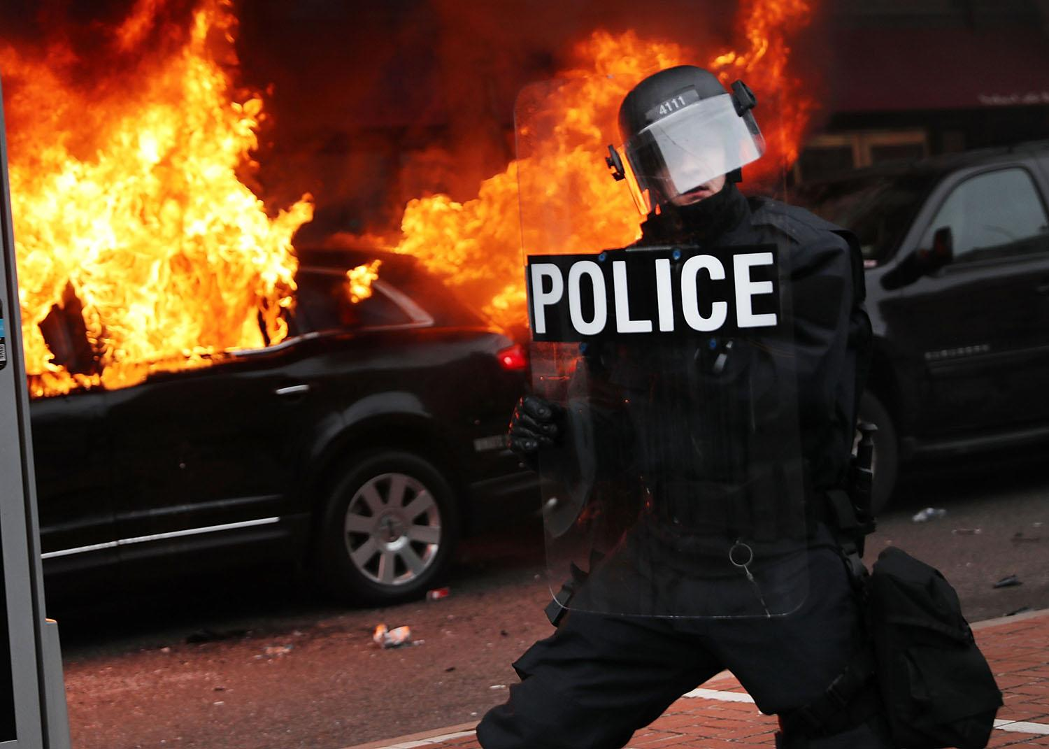 <p>Police and demonstrators clash in downtown Washington after a limo was set on fire following the inauguration of President Donald Trump on Jan. 20, 2017 in Washington, D.C. (Photo: Spencer Platt/Getty Images) </p>