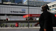 """""""Ça nous aiderait beaucoup qu'il aille mieux"""" : les Britanniques au chevet de Boris Johnson, gravement atteint par le coronavirus"""