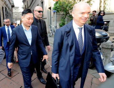 En la imagen, David Han Li llega a la oficina del notario para la transferencia del AC Milan de manos de Fininvest (de Silvio Berlusconi) a Li Yonghong, en Milán, Italia.