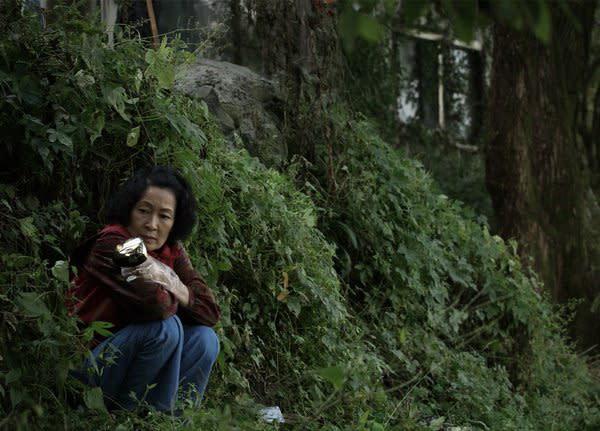 4.《非常母親》:《寄生上流》導演奉俊昊2009年的作品,片中描述智能不足的兒子遭指控為殺人兇手,母親無所不用其極地試圖替兒子洗清罪嫌,在獨自對抗體制之外,竟意外走入正邪模糊的灰色地帶。(圖:CatchPlay)