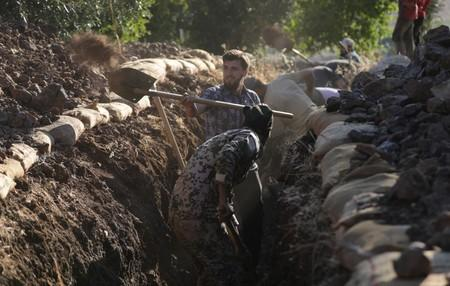 Syrians dig, cook, fill sandbags in war with Assad