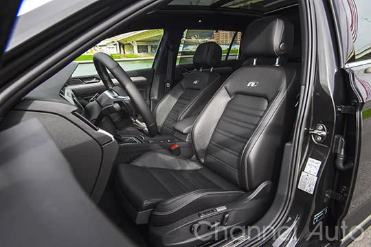 包覆了Nappa Carbon碳纖維紋路的真皮跑車座椅,讓人坐上駕駛座就欲罷不能。