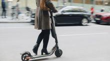 In monopattino elettrico contro autocarro: grave una donna