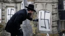 FOTOS: Un cementerio judío en Francia amanece plagado de esvásticas