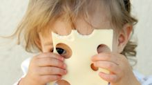 Darum werfen Eltern ihren Babys Käse ins Gesicht