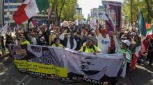 Simpatizantes de López Obrador se manifiestan frente a un campamento opositor