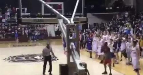 Basket - WTF - Un arbitre réussit un dunk «moulin à vent» lors d'un arrêt de jeu