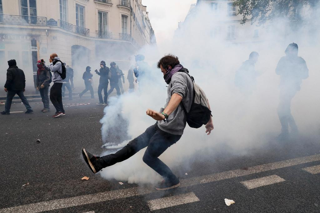 French riot police fired teargas and stun grenades during clashes in Paris protesters (AFP Photo/Thomas Samson)