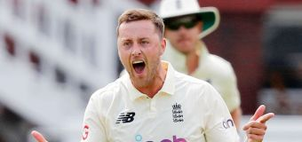 England quick sorry for 'inexcusable' comments