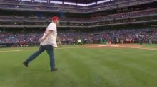 Baseball crowd boos Bruce Willis after he bungles the opening pitch