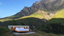 La habitación de hotel más grande del mundo: una cama en medio de los Alpes suizos