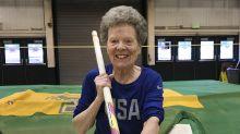 A los 84 años hace de todo en pista atlética, hasta pértiga