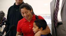 VIDEO: El conmovedor reencuentro de un niño y su madre separados al cruzar la frontera de EEUU