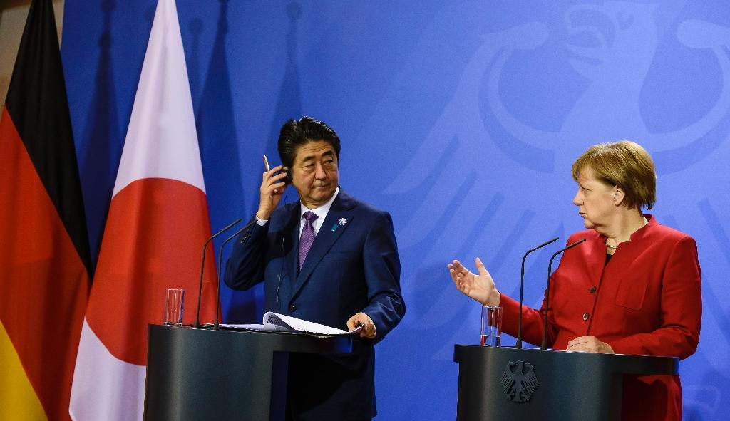 German Chancellor Angela Merkel and Japanese Prime Minister Shinzo Abe hold a press conference after bilateral talks in Gransee on May 4, 2016 (AFP Photo/Clemens Bilan)