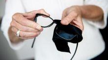 Wasser statt T-Shirt: Nur so wird die Brille richtig sauber