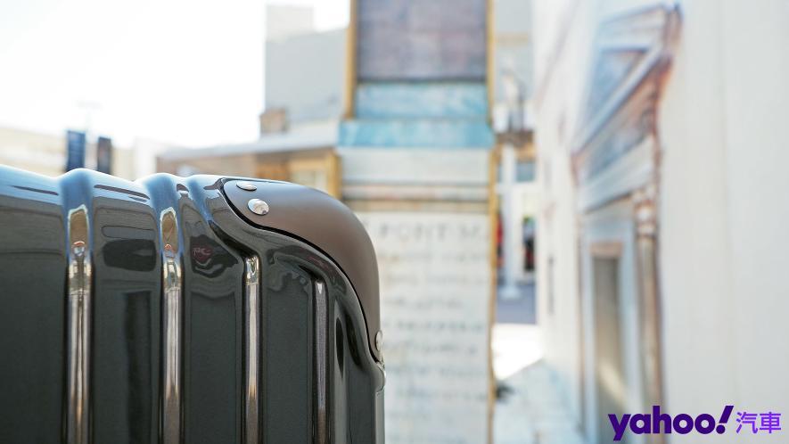 開車旅行更該極致優雅!Bentley 29吋PC+ABS鋁框輕量化行李箱迷人開箱 - 4