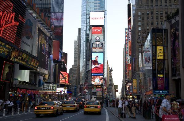 Toshiba lights up massive LED HDTV in Times Square