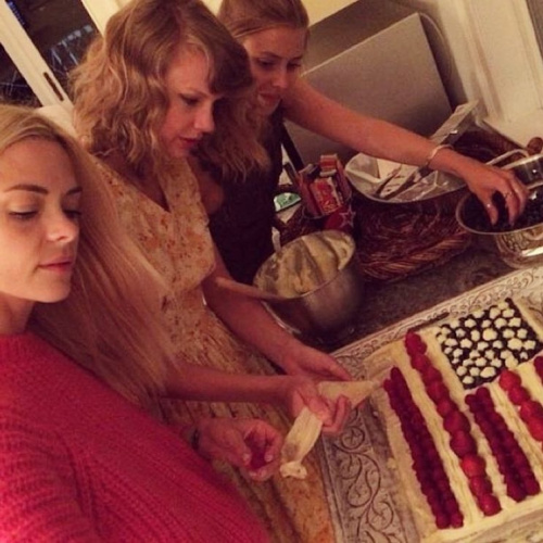 T. Swift really should teach a cake-making class. (Photo: Amanda Griffith via Instagram)