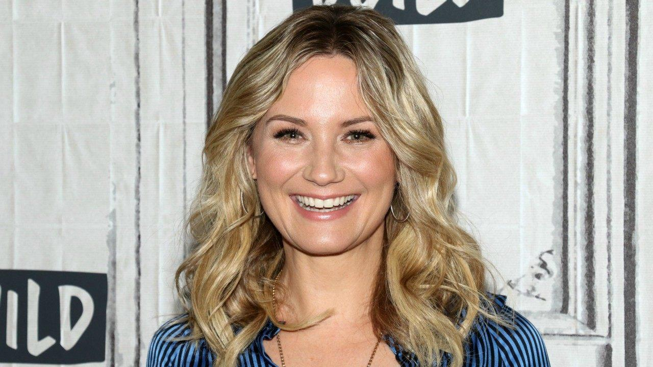 jennifer nettles to sing national anthem at 2019 kentucky derby