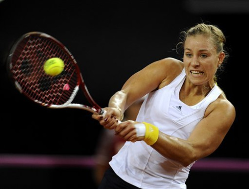 Sharapova edges Ivanovic to reach Stuttgart semis