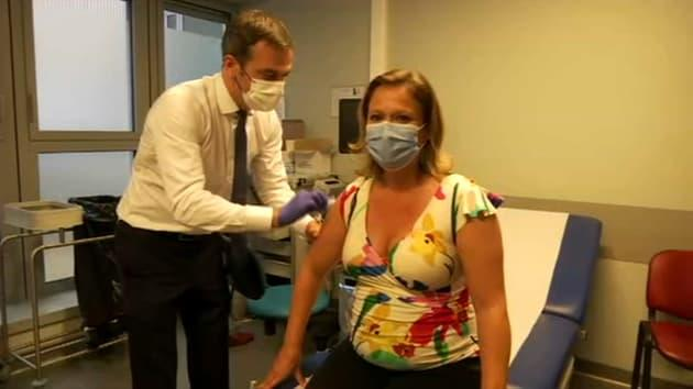 """""""Femmes enceintes, vaccinez-vous!"""": la secrétaire d'État Olivia Grégoire, enceinte, vaccinée par Olivier Véran"""
