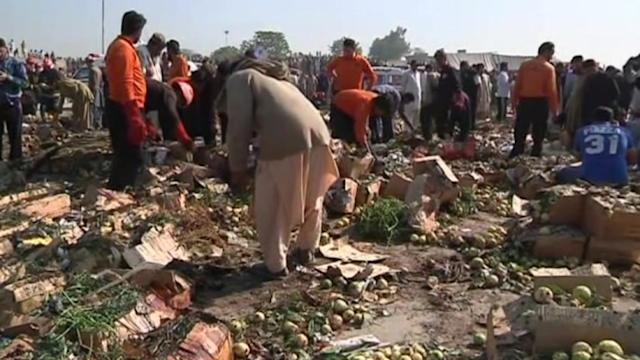Deadly bombing at Pakistan market