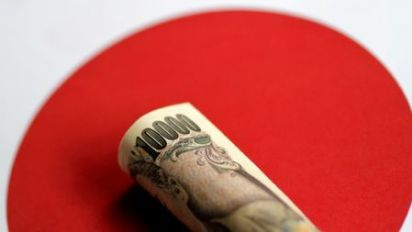 Yen at three-month lows, euro struggles