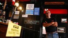 Choque e cerveja: pub inglês instala cerca elétrica para manter distanciamento