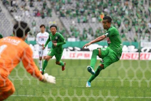 Atacante ex-Náutico celebra boa fase no Japão com gol e assistência
