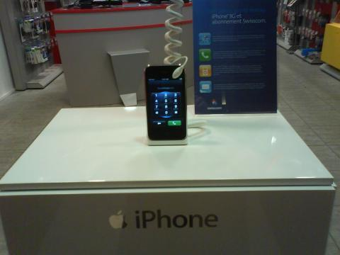iPhone 3G breaks cover, shows up in Swiss store display