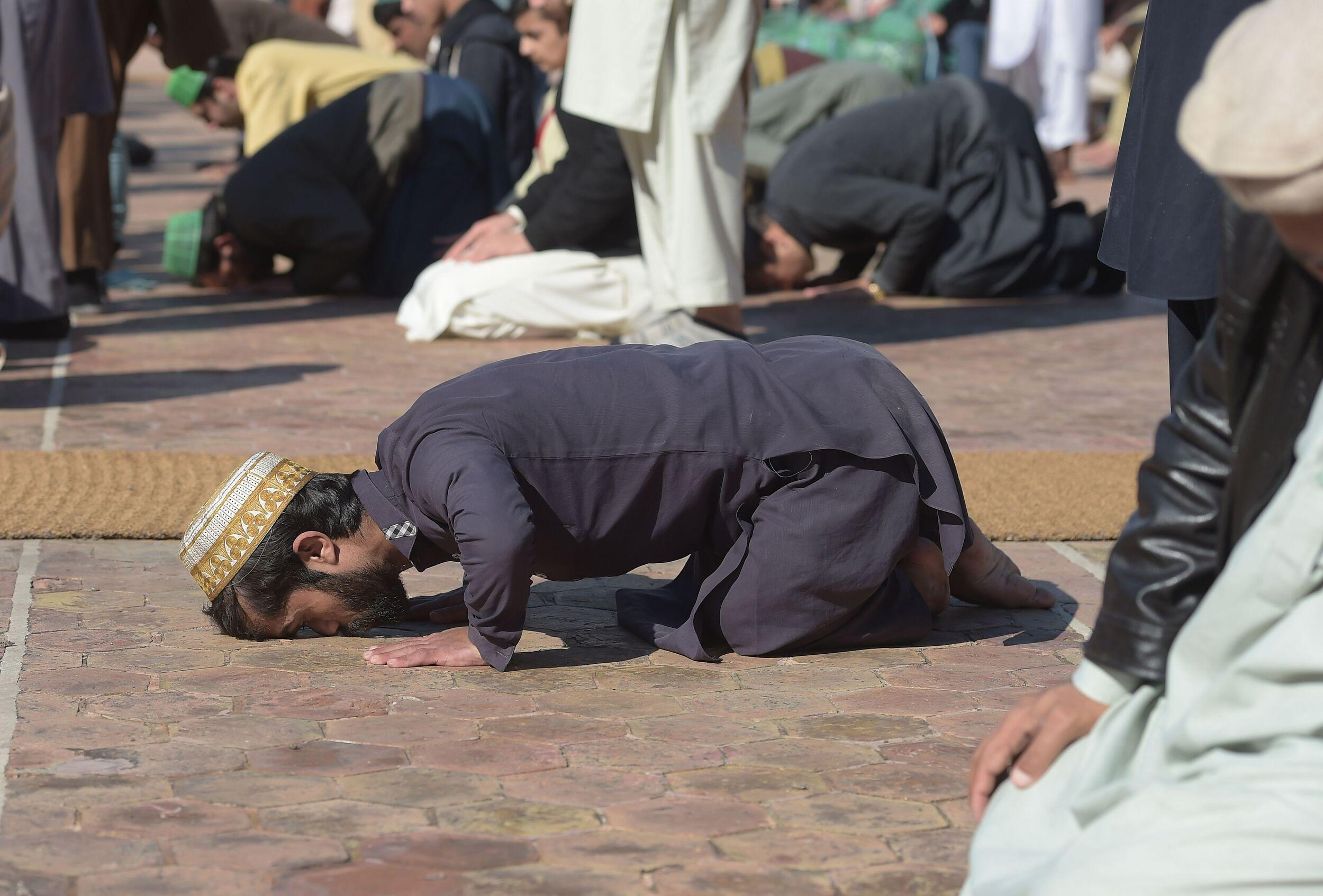 In this picture taken on February 22, 2019, Rozi Khan (C), a 25-year-old Pakistani waiter who resembles US actor Peter Dinklage, offers Friday prayers at a mosque in Rawalpindi. - Rozi Khan had never heard of the Game of Thrones -- or its hugely popular character Tyrion Lannister -- until his striking resemblance to the dwarf anti-hero got heads turning at home. (Photo by AAMIR QURESHI / AFP) / To go with PAKISTAN-LIFESTYLE-TELEVISION-ENTERTAINMENT        (Photo credit should read AAMIR QURESHI/AFP/Getty Images)