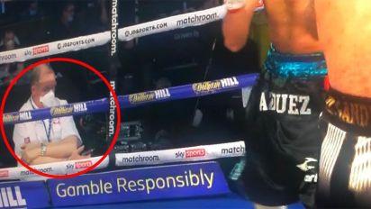 """""""Extremadamente preocupante"""": pillan a un árbitro de boxeo en una situación sospechosa durante una pelea"""
