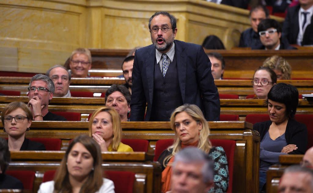 CUP leader Antonio Banos speaks in the Catalonia parliament in Barcelona on November 12, 2015 (AFP Photo/Lluis Gene)