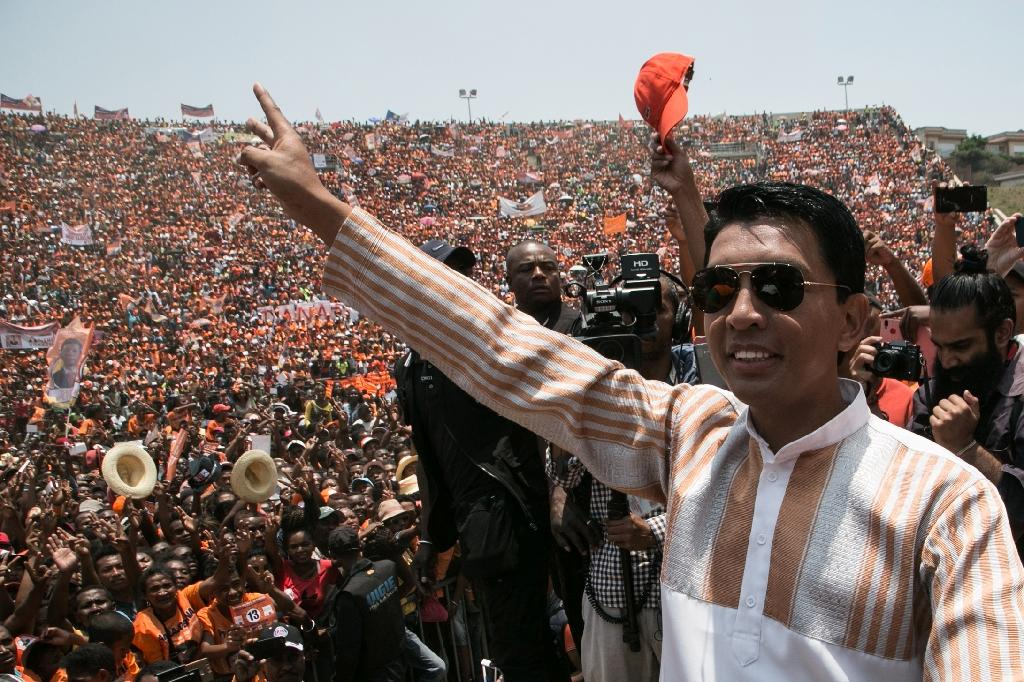 Neither Andry Rajoelina (R) nor his arch-rival Marc Ravalomanana won the 50 percent of votes required for a first-round victory (AFP Photo/RIJASOLO)
