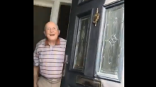 Neta filma a reação de seu avô toda vez que vai visitá-lo