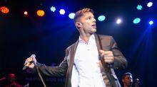 Ricky Martin bailando tal como lo hacía en Menudo