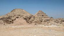 Egitto, aperto il sarcofago gigante: trovate tre mummie decomposte