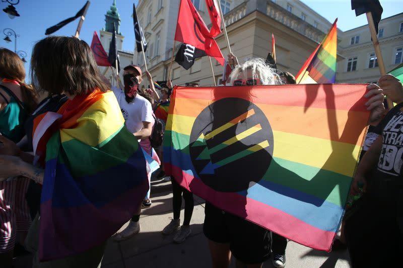 ポーランドの民族主義者とLGBT活動家がワルシャワで対決: