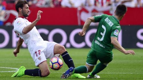 Do banco, Ganso vê ex-Vasco brilhar e Sevilla tropeçar pelo Espanhol