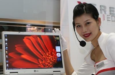 LG's X-Note S900 pig forgets her lipstick