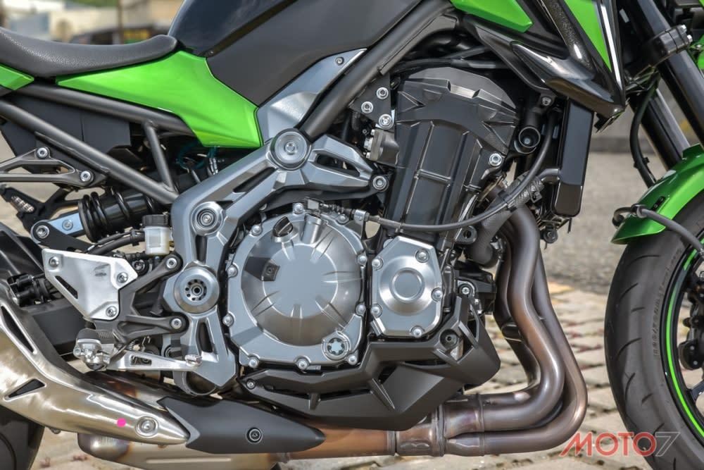 採用直列四缸引擎,並配上輕量化鍛造活塞。