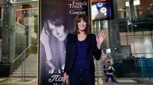 Carla Bruni in concerto ad Atene, accompagnata da 'Sarko'