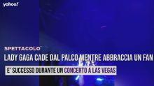 Lady Gaga cade dal palco mentre abbraccia un fan