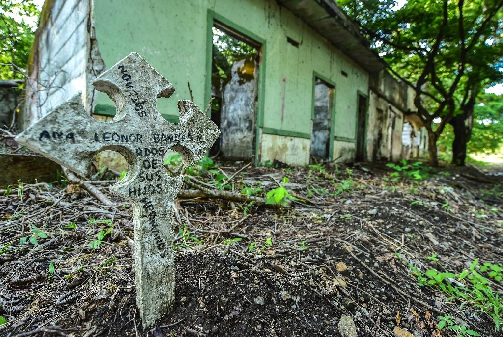 A commemorative cross with the name of a person who disappeared in the 1985 disaster is seen near the ruins of a house in the town of Armero, Colombia on November 5, 2015 (AFP Photo/Luis Acosta)